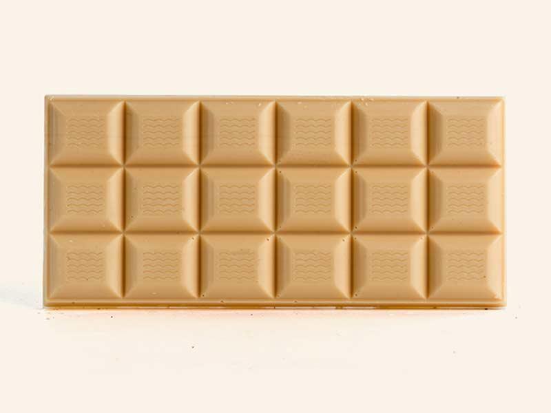 טבלת שוקולד לבן עם פרלינה פיסטוק