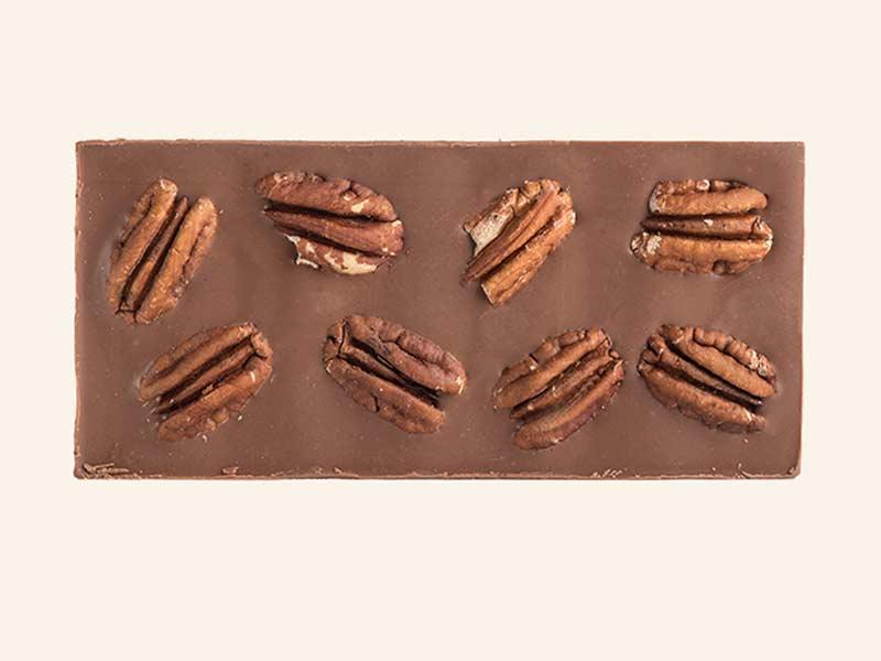 טבלת שוקולד חלב עם אגוזי פקאן שלמים