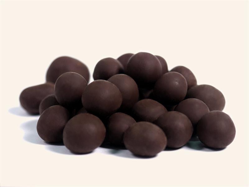 אגוזי-לוז-מצופים-שוקולד-מריר-png