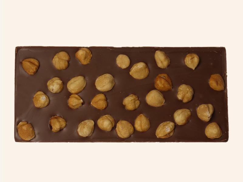 טבלת שוקולד חלב עם אגוזי לוז שלמים